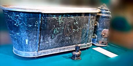 La baignoire de voyage de Napoléon dans la salle des métaux non-ferreux