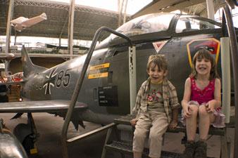Musée de l'aviation au Cinquantenaire.  Des avions partout.