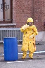 la tenue de protection chimique sert à manipuler des acides, comme ce tonneau d'acide sulfurique qui fuit...