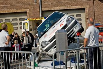 sur le stand de la police, on peut constater qu'en cas de tonneaux, la ceinture de sécurité est plus qu'utile