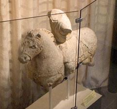 Statue antique du cheval exposée à Treignes