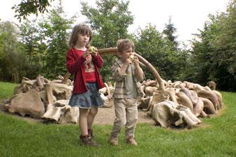 Les enfants devant une hutte reconstituée en os de mamouth