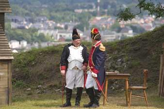 Uniformes du folkore namurois, ville de Namur à l'arrière plan