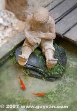 sculpture aquatique et poissons rouges
