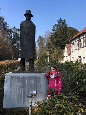 Statue de Folon près de l'entrée du Parc Solvay