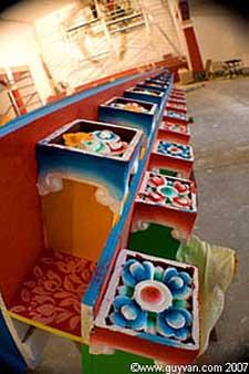 Les décorations qui orneront bientôt le nouveau temple
