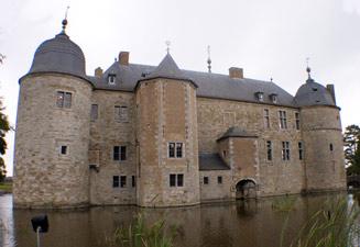 Château de Lavaux-Sainte-Anne : vue de l'arrière et douves